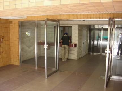 横浜市のポスティングにて、作業前に管理人様にご挨拶。