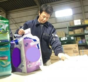 介護用品ピッキングの際には種類・数・衛生面にも気を使います(京浜営業所)