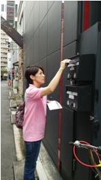 横浜市内にてポスティングによるイベントの事前告知の風景