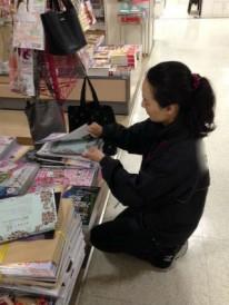 ムック誌の書店販促作業。 差し込み作業。