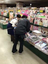 ムック誌の書店販促作業。 店員さんにご説明。