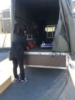 横浜市内のコンビニへ販促什器の搬入(2tトラックにて運搬)
