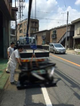 川崎市の町工場からユニック車にて貨物の吊り上げ
