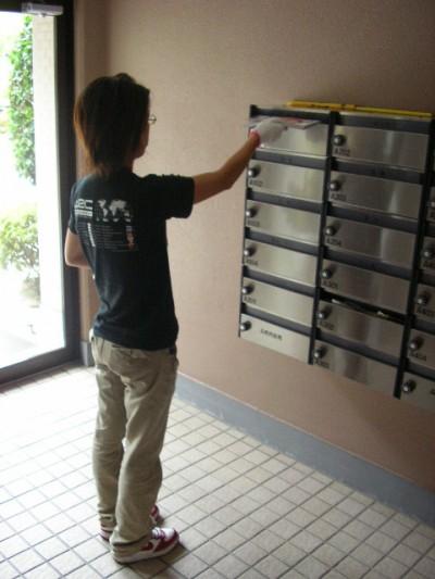 横浜市にて量販店カタログを集合ポストにポスティング中。
