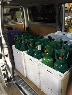 集配 炭酸ガス(亜酸化窒素)の1t車両への積み込み