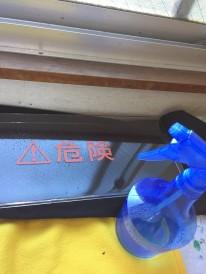 バリ取りから静電気除去液による静電気防止の作業風景