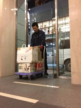 佐藤先生、銀座にて台車にて運搬作業中。