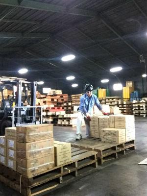 厚木倉庫にてネジ製品の仕分け作業中