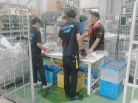 新横浜物流センター内でのフリーペーパー封入作業 1