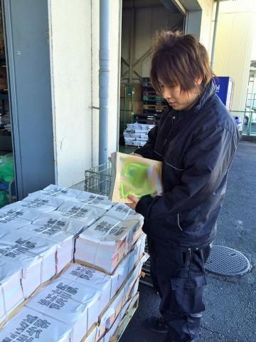 先輩紹介 新横浜営業所にて商材の部数を確認作業中