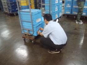 お買い物お届けサービスにて商品の検品中です。