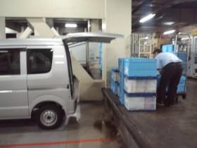 お買い物お届けサービスにて商品を折り畳みコンテナで積み込み。