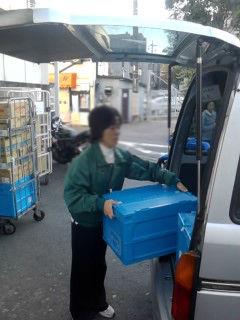 お買い物お届けサービスにて商品の積み込み作業時。