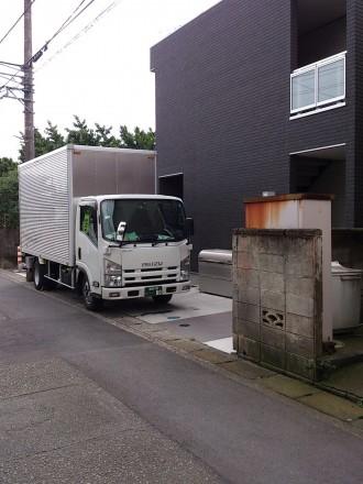 2tトラック、パワーゲート車の写真です。 このような路地にもお伺いさせて頂きます。