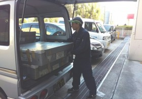 家電量販店へ軽貨物車による販促什器の運搬風景です