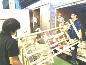 2tトラックへ介護用品の積み込み作業