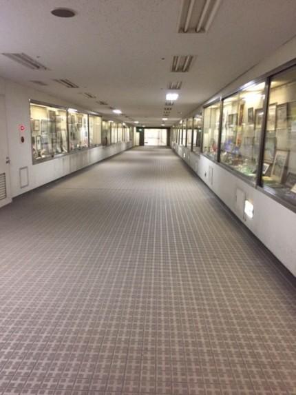 川崎市役所の地下にて旧庁舎と新庁舎を結ぶ通路