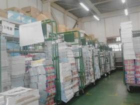 新横浜営業所、倉庫内での風景(チラシの仕分け作業とカゴ台車)