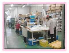 仕分け作業は自社倉庫にて専門の女性スタッフを中心に実施しております。