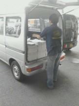 地域情報誌配送、軽貨物に積み込み風景