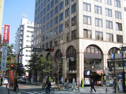 川崎市幸区 本社ビルの外観。