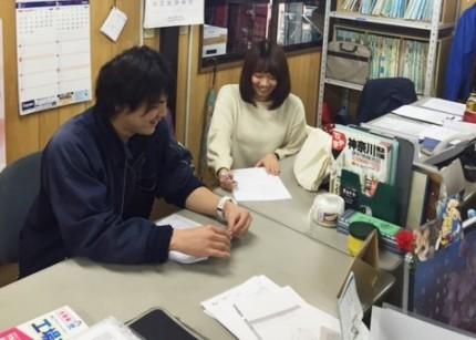京浜企画提案営業職の先輩へのインタビュー風景です。
