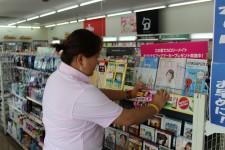 コンビニでの販促POP貼付作業。