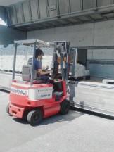 フォークリフトにて商品の荷卸し中。