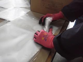 フリーペーパーの包装に使用されるOPP袋の仕分け作業中です。(新横浜物流センター)2