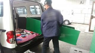 コンビニへ納品するラックを軽車両に積み込み・運搬
