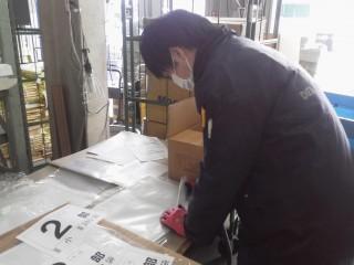 フリーペーパーの包装に使用されるOPP袋の仕分け作業中です。(新横浜物流センター)