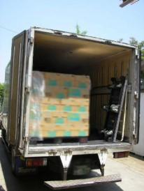 街頭配布で使用する商品を2tトラックにて運搬。