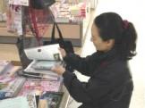 ムック誌の書店販促作業。 付録差し込み中です。